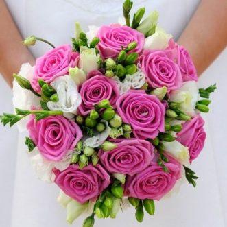 Букет невесты из розовых роз и эустом «Прикосновение»