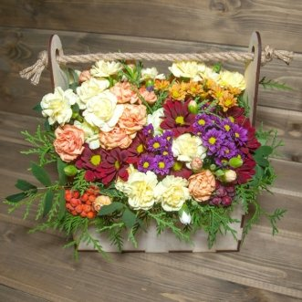 Хризантемы и гвоздики в ящичке
