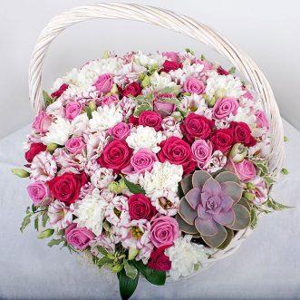 Корзина с розами и хризантемами