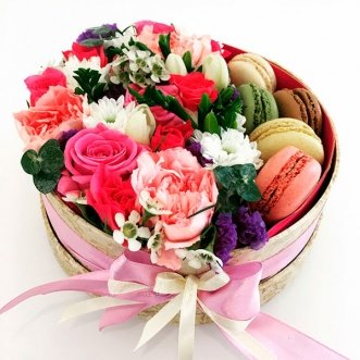 5 макарун с розами и хризантемой