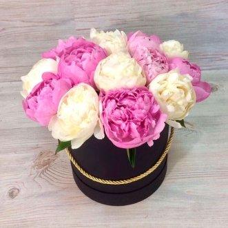 Белые и розовые пионы в коробке
