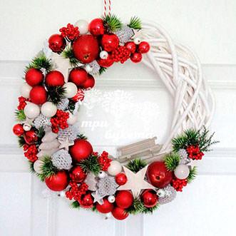 Новогодний плетеный венок с ягодами