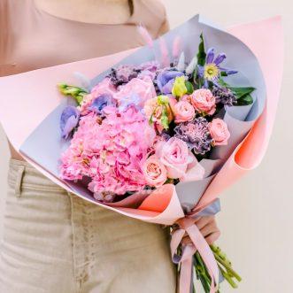 Букет из гортензии и розовых роз