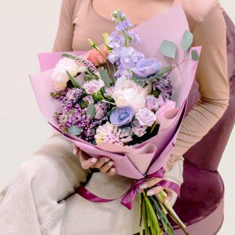 Букет кустовых роз и диантусов