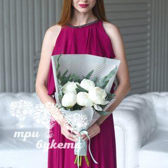 buket-iz-5-belyh-pionov